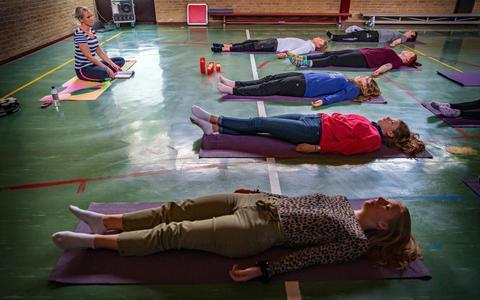Leerlingen RSG Sneek in 'halve kaars'-houding tegen examenstress