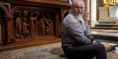 Kerkwacht Harry Drost bij zijn lievelingsplek in de Bonifatiuskerk: het Sint Jozefaltaar.