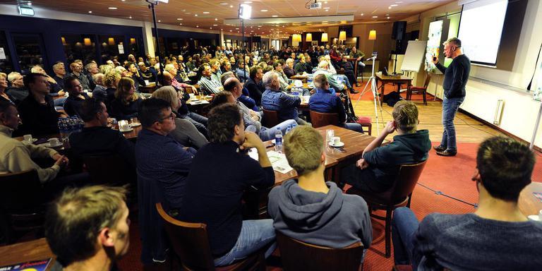 Frank Verhoeven propageert de kringlooplandbouw voor een volle zaal in het Abe Lenstra-stadion in Heerenveen. FOTO NOORDOOST/ALEX DE HAAN