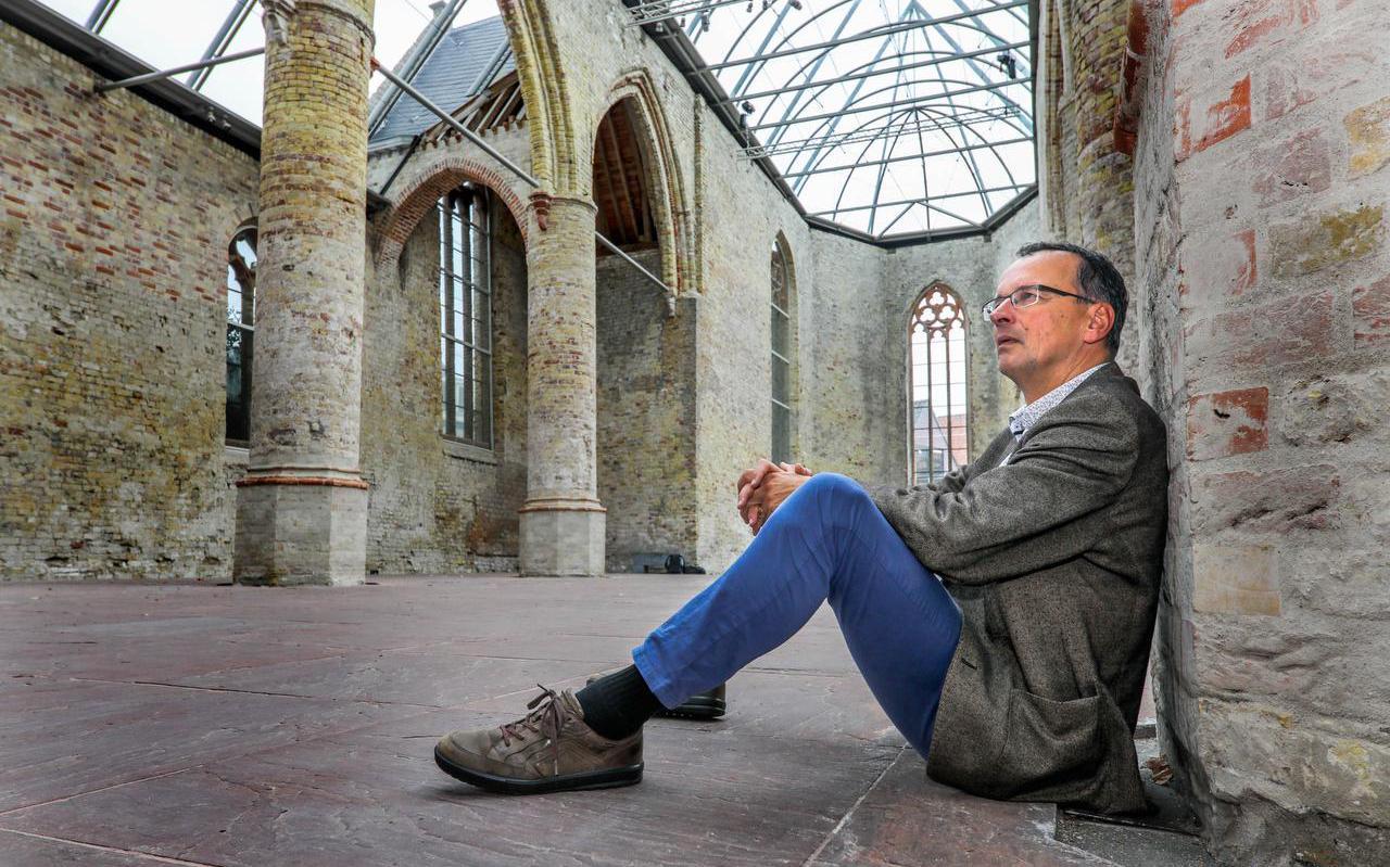 Hans Mol van de Fryske Akademy onder de glazen overkapping van de Broerekerk in Bolsward. FOTO SIMON BLEEKER