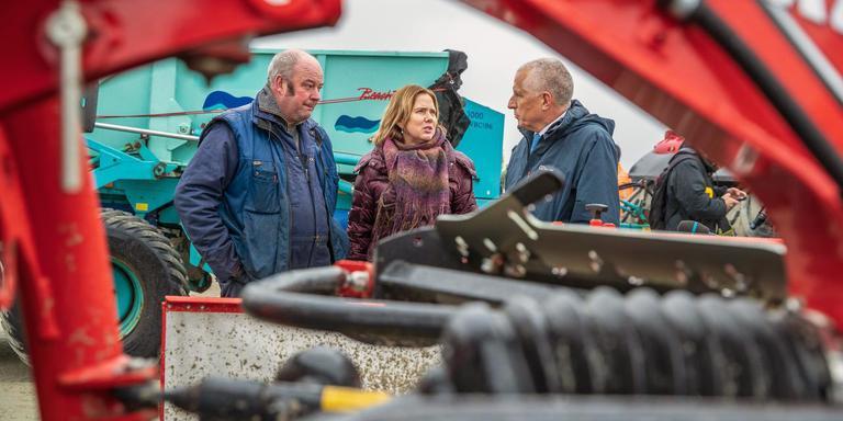 Minister Cora van Nieuwenhuizen wordt bijgepraat door Henk Trip van het gelijknamige loonbedrijf en burgemeester Bert Wassink. Foto: Niels de Vries