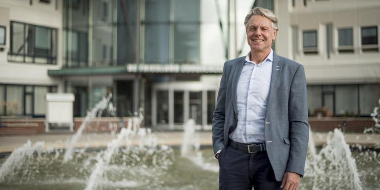 """Bert van der Hoek voor de ingang van het kantoor van De Friesland Zorgverzekeraar. ,,Met leefstijlaanpassingen kun je de mensen veel ellende besparen én de zorgkosten beheersbaar houden."""""""