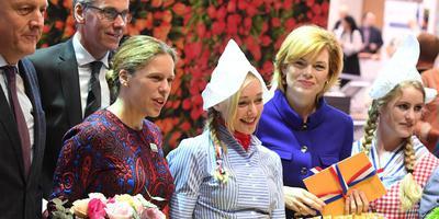 Minister Carola Schouten van Landbouw (links) en haar Duitse collega Julia Kloeckner met twee Frau Antjes op de Grüne Woche in Berlijn. FOTO EPA/CLEMENS BILAN