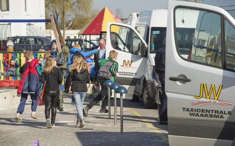 Busjes van Taxi Waaksma halen kinderen op bij De Twine in Dokkum. FOTO MARCEL VAN KAMMEN