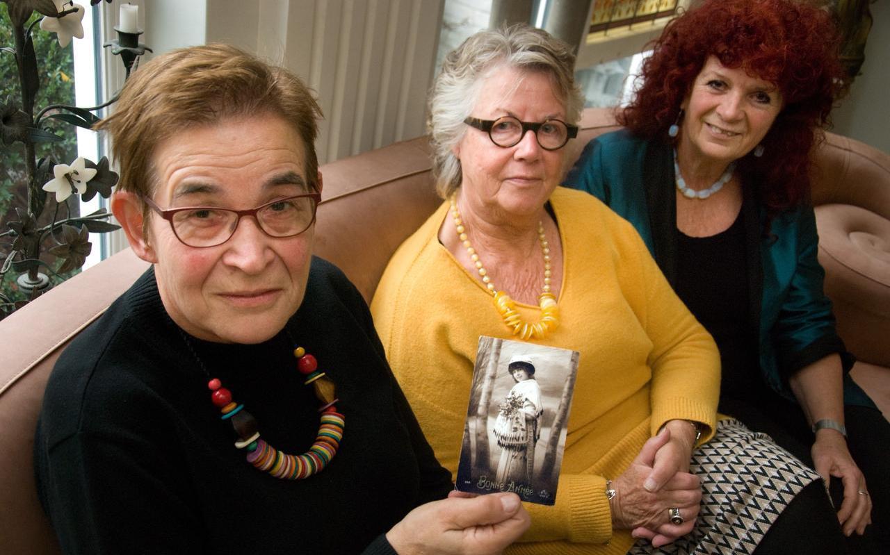 Joke van der Weij, Joke de Groot en Joke van Houten in Leeuwarden, met de ansichtkaart van stadgenoot Margaretha Zelle. ,,Eigenlijk een heel duurzaam kaartje.'' FOTO LC