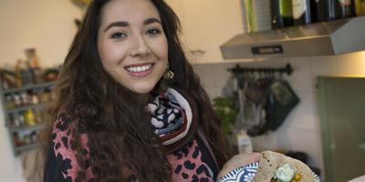 Sanoah Viane in haar keuken met een vegan luncgerecht: kikkererwtencurry met wraps en komkommersalade. FOTO'S HOGE NOORDEN/JAAP SCHAAF