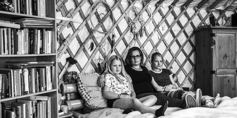 Elbrecht Claus met haar kinderen Fardau (links) en Hester. FOTO TON GROOT HAAR