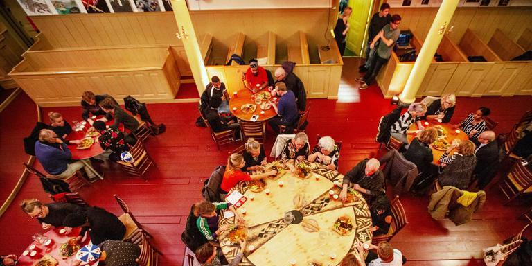 De voorstelling eindigt met een Eritrese maaltijd in de Lutherse kerk. FOTO LUCAS KEMPER