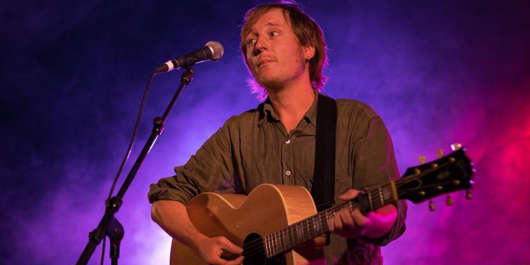 De Nederlandse singer-songwriter Otto Wichers, artiestennaam Lucky Fonz III, begeleidt zichzelf op gitaar tijdens zijn humoristische liedjes.