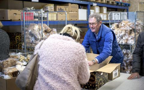 Een voedselbank in Drachten. Ruim duizend Friese gezinnen hebben deze hulp nodig om de maand te kunnen rondkomen.