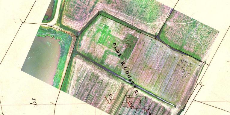 Dronebeelden (boven) bij Bolsward laten opvallende verkleuringen zien op de plek van het Ugoklooster. De Fryske Akademy plaatste ze op een historische kaart. Door hiermee te puzzelen, wordt de locatie en de vorm van de middeleeuwse kloostergebouwen- en grachten duidelijk. De tekst Oldeclooster (afkomstig van de historische kaart) klopt overigens niet. Die abdij lag namelijk oostelijker. FOTO JOHAN DIJKSTRA