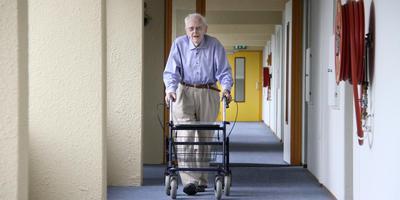 Pieter Kuiper op de verlaten vleugel van serviceflat Heerenhage, waar hij afgelopen zomer als 104-jarige bijna als enige was overgebleven.