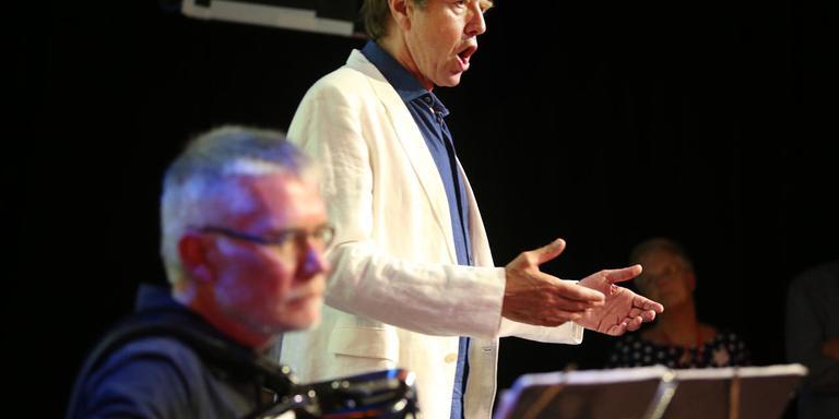 Tenor Albert Bonnema geeft een voorproefje. Op de voorgrond op accordeon Herman Peenstra. FOTO NIELS WESTRA