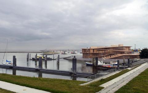 Dit is het nieuwe, aangepaste ontwerp voor het Werelderfgoedcentrum in Lauwersoog. Hout in plaats van glas