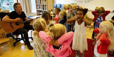 Sake Hijlkema geeft zang- en muziekles op de Wassenberghskoalle in Lekkum. FOTO HOGE NOORDEN/JAAP SCHAAF