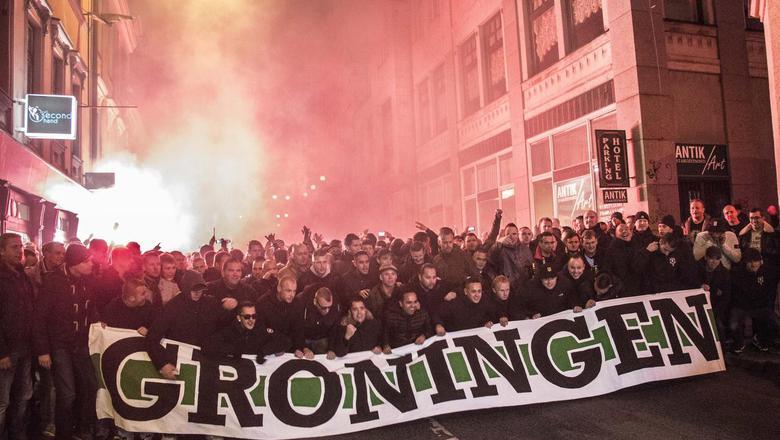 Fans van FC Groningen liepen eind 2015 in het Tsjechische Liberec in een corteo naar het stadion. Groningen speelde hier een Europese wedstrijd. FOTO ARCHIEF