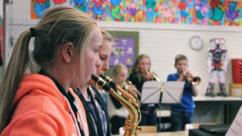 Kinderen van groep 6/7 van gbs Oranje Nassau in Kootstertille oefenen voor het Kerst Muziekgala van de NPO. V.l.n.r: Joanne en Iris op de saxofoon en Nora, Fardau en Alwin met kornet. FOTO LC/MELLE VELTMAN
