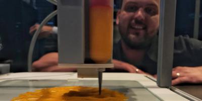 Jan Smink kijkt toe hoe de 3D-printer een kunstige ster van pompoenpuree maakt. FOTO LC
