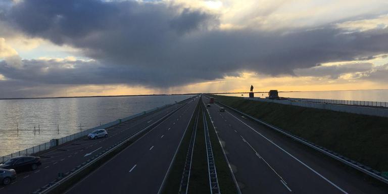 De Afsluitdijk ter hoogte van het monument. FOTO ROBERT JAN SPEERSTRA