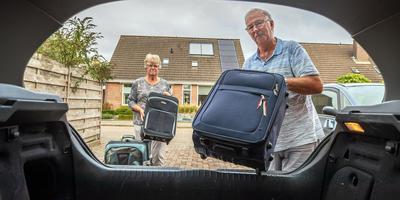 Corrie de Jong en Geert van der Hoek in Sint Nicolaasga. FOTO NIELS DE VRIES