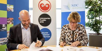 Lieven Bertels (l) en Dina Boonstra ondertekenen de verbintenis. FOTO RUBEN VAN VLIET