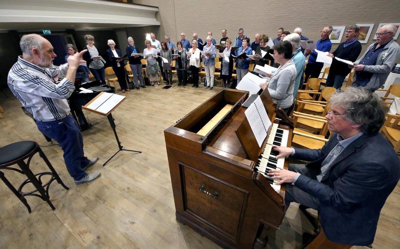 Con Amore Musica repeteert in Bolsward onder leiding van Gerben van der Veen voor de twee uitvoeringen van  De Skepping . FOTO SIMON BLEEKER