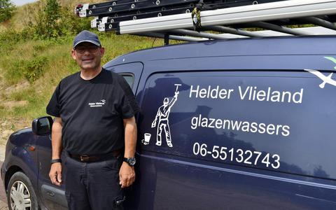 Ies Monas: glazenwasser op Vlieland