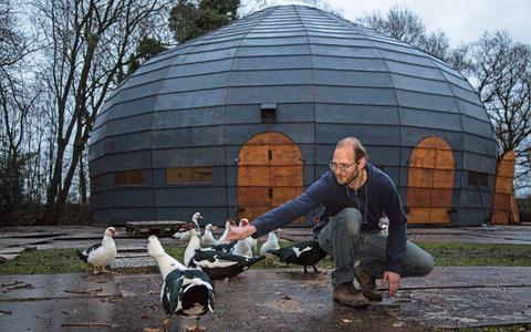 Geluidstechnicus Sandert Stienstra voor het paviljoen van MeM dat nu in zijn tuin staat. FOTO JAN SPOELSTRA