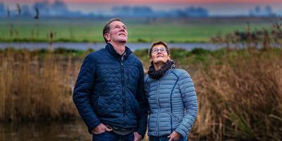 Nammen en Reintsje Gras, thuis in Abbega. ,,Fryslân is sa moai. Dêr woenen we minsken yn diele litte.'' FOTO NIELS DE VRIES