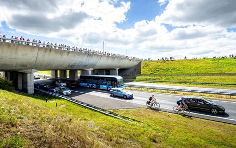 De Elfwegenparade over de Wâldwei bij het aquaduct Langdeel. De optocht trok langs de route veel bekijks. FOTO JILMER POSTMA