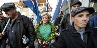 Jenny Douwes en de andere blokkeer-Friezen waren opgelucht dat het OM niet de onvoorwaardelijke celstraf eiste die ze hadden gevreesd. FOTO HOGE NOORDEN/JACOB VAN ESSEN