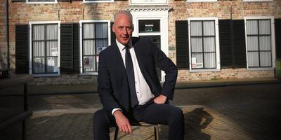 Burgemeester Eduard van Zuijlen voor het gebouw waar het academisch leven van Franeker terugkeert.