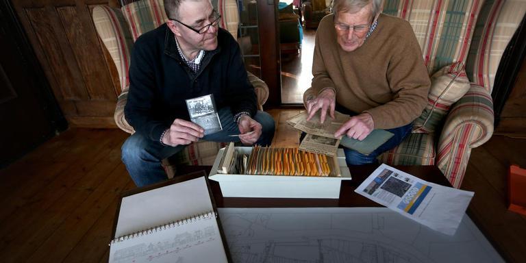 Arjo Hillebrand (l) en Anne van der Laan van het Historisch Centrum Franeker toen de spullen nog thuis lagen FOTO CATRINUS VAN DER VEEN