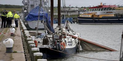 De Amicitia in 2016 aan de kade in de Harlinger Willemshaven, vlak na de mastbreuk in de havenmond. FOTO ANP/CATRINUS VAN DER VEEN