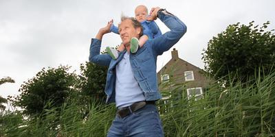 Regisseur Steven de Jong met zijn zoon Rens, die inmiddels drie jaar is en een rol gaat spelen in de serie over Grutte Pier. FOTO SIMON BLEEKER
