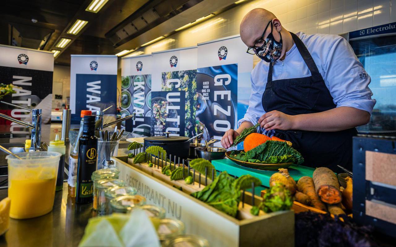 Joël Bakker legt de laatste hand aan een van de gerechten van de het 'circulair menu'.   FOTO NIELS DE VRIES