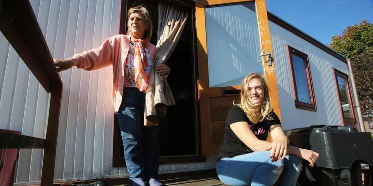 Jessica Gatsonides op de trap van de woonwagen met haar opoe Maria. FOTO NIELS WESTRA