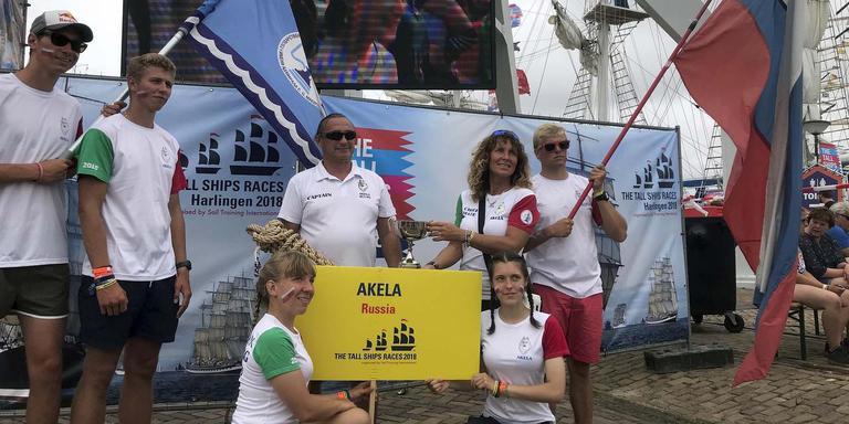 De trotse bemanningsleden van het Russische schip Akela, die het schip in Emden achterlieten en toch naar Harlingen kwamen. FOTO MARSCHA VAN DER VLIES