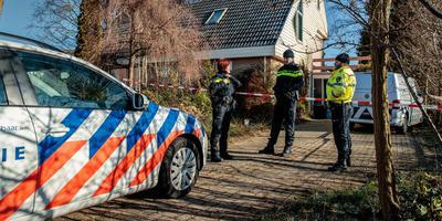 Agenten hadden meteen twijfels over de doodsoorzaak van Boschma. Zijn huis werd de hele nacht bewaakt. FOTO NIELS DE VRIES