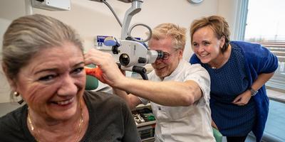 KNO-arts Xander de Vries kijkt op de polikliniek in Lemmer mee met huisarts Karin Groeneveld (rechts). Poli-assistent Annalies Bruyel acteert voor de foto als patiënt.