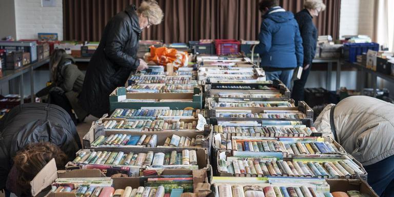 Neuzen op de boekenbeurs in de Ichtuskerk in Emmen. De opbrengst gaat naar de kerk en naar goede doelen. FOTO REYER BOXEM