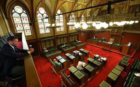 Vanaf de publieke tribune volgt presentator Sipke Jan Bousema het debat van Provinciale Staten over de regenboogvlag.