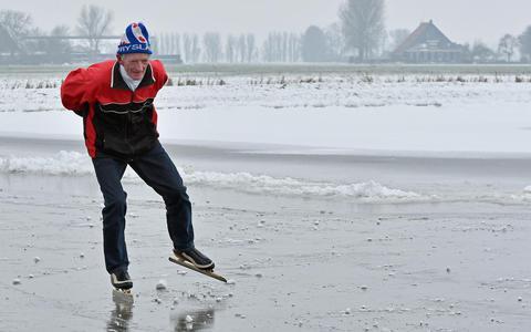 Oud-veehouder Joost Schaap uit Tirns schaatst deze winter vanwege ziekte voor het laatst op eigen ijsbaan