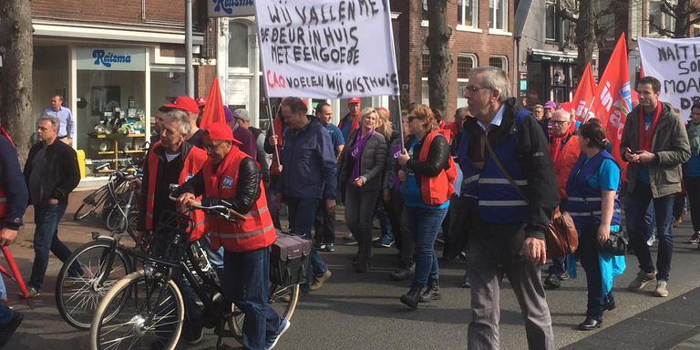 Actievoerende medewerkers van noordelijke woningcorporaties tijdens de demonstratie in Groningen.
