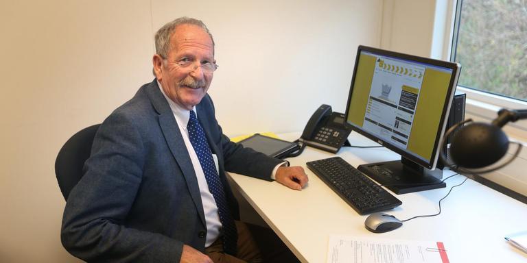 Wethouder Joop Bekkema op zijn werkplek in de tijdelijke units van het gemeentekantoor in Franeker FOTO CATRINUS VAN DER VEEN