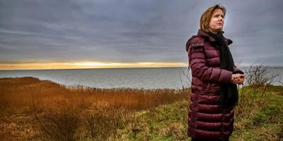 Waterstaatsminister Cora van Nieuwenhuizen verkent de Workumerwaard. FOTO NIELS DE VRIES
