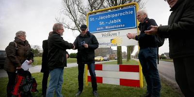 Wethouder Jan Dijkstra van Waadhoeke en Hans de Jong van de stichting Santiago aan het Wad onthulden gisteren de borden van Santiago aan het Wad. FOTO CATRINUS VAN DER VEEN