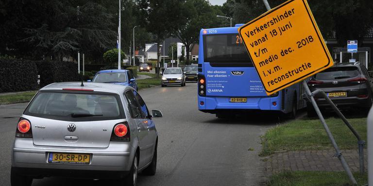 Drukte op de Ds. Meyerweg in De Knipe. De doorgaande weg in het dorp gaat vanaf 18 juni 2018 een half jaar lang op de schop. De reconstructie moet de snelheid van het verkeer eruit halen. FOTO NOORDOOST/ALEX DE HAAN