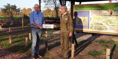 Hans Rinsma (links) draagt de nieuwe entree namens De Friesland over aan projectleider Ane Zijlstra van It Fryske Gea. FOTO ELSKE VAN DER KOOI