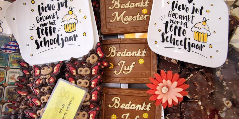 Bij bakkers en winkels als Hema en Xenos liggen schappen vol cadeaus voor de meester of juf. Foto Niels Westra